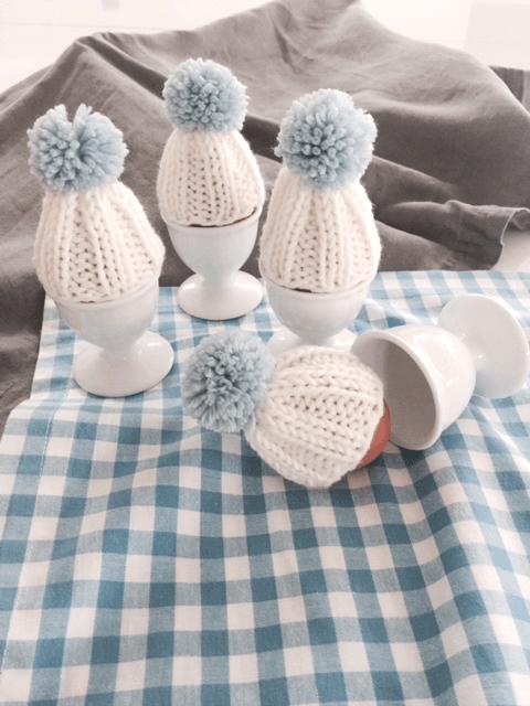 Gestrickte Eierwärmer mit Bommel